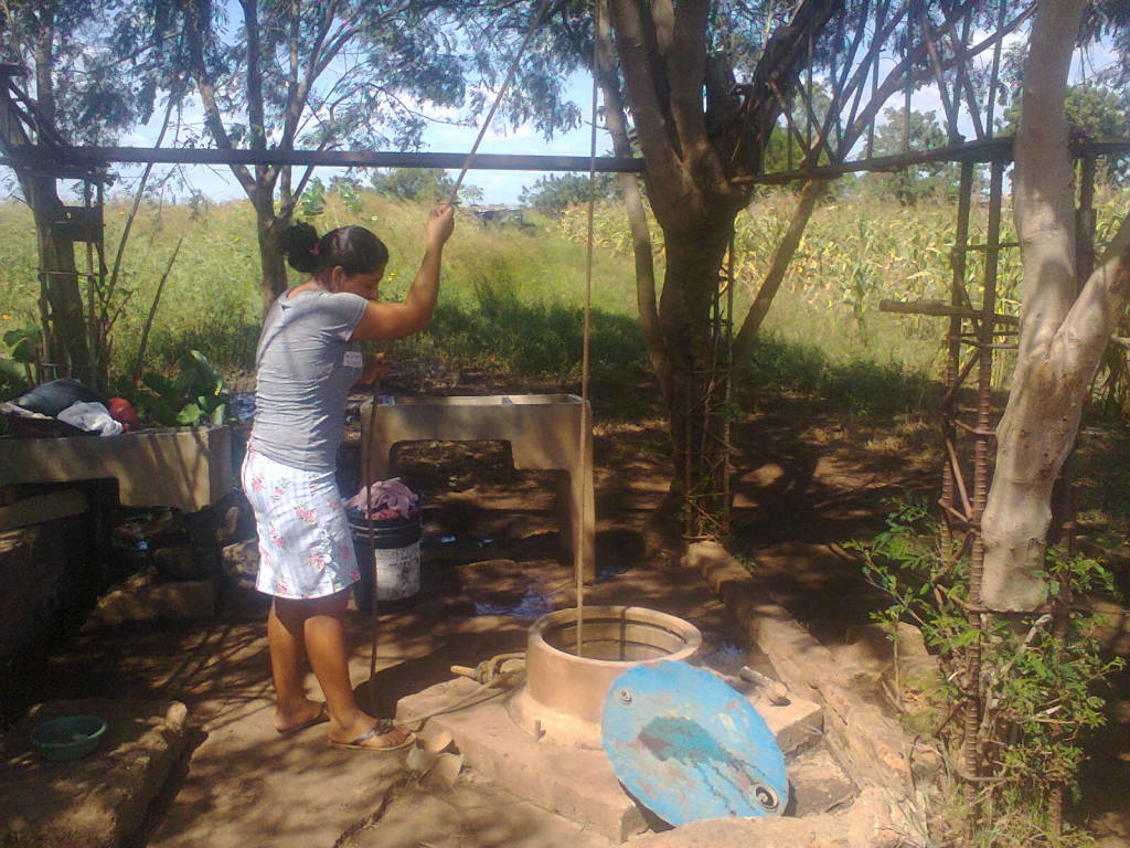 Drawing water from the original well in Cuadrante 81