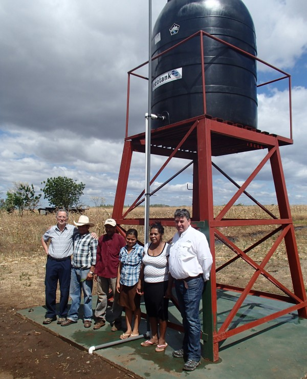 The new water tank and some members of the Cuadrante 81 community